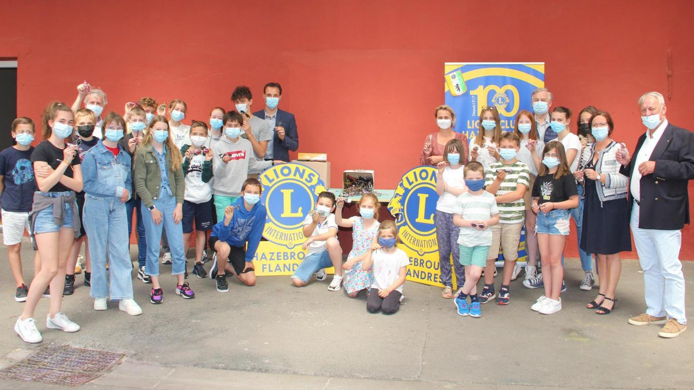 Les délégués de classe réunis pour remettre le produit de leur collecte aux membres du Lions Club.