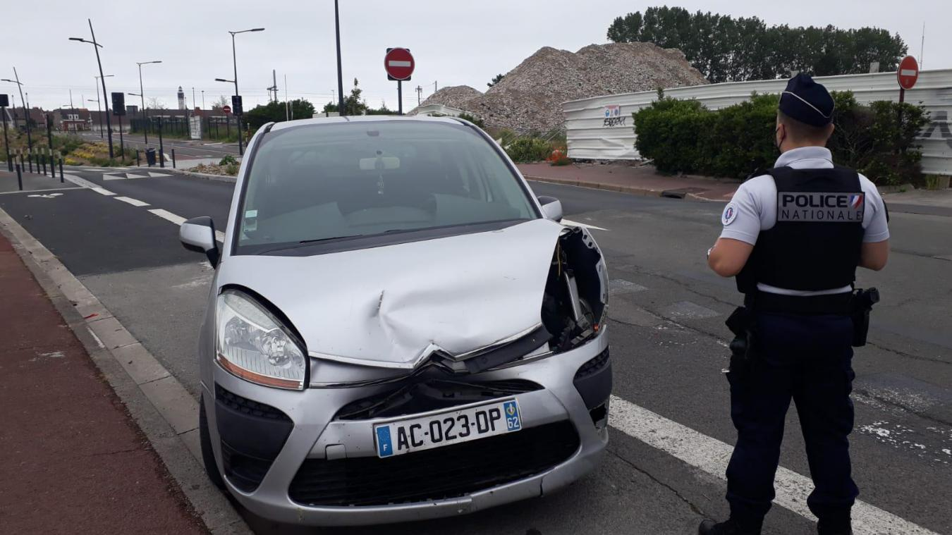 Le véhicule arrivant au cédez-le-passage n'a pas vu celui qui ralentissait devant, ou n'a pas suffisamment anticipé le freinage.