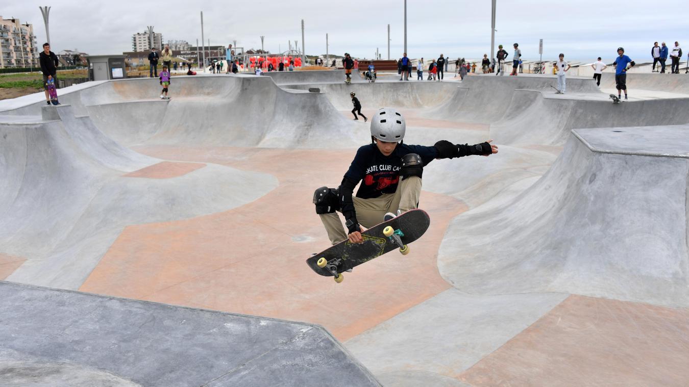 Après l'inauguration, les skateurs et skateuses calaisiens ont de suite profité des aménagements du skatepark du tout nouveau front de mer de Calais. A l'image de Clément qui exécute une de ses plus belles figures.
