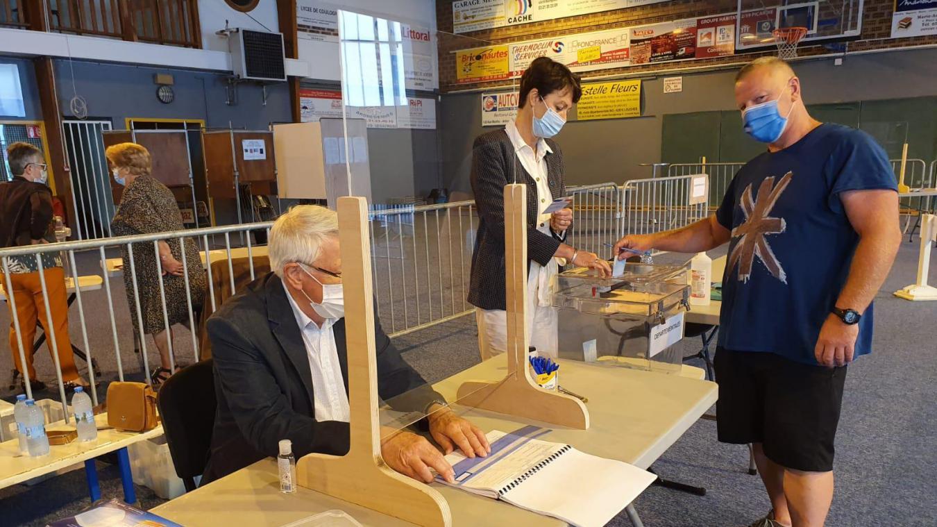 A Ardres, ce dimanche atin, des électeurs se rendent aux urnes.