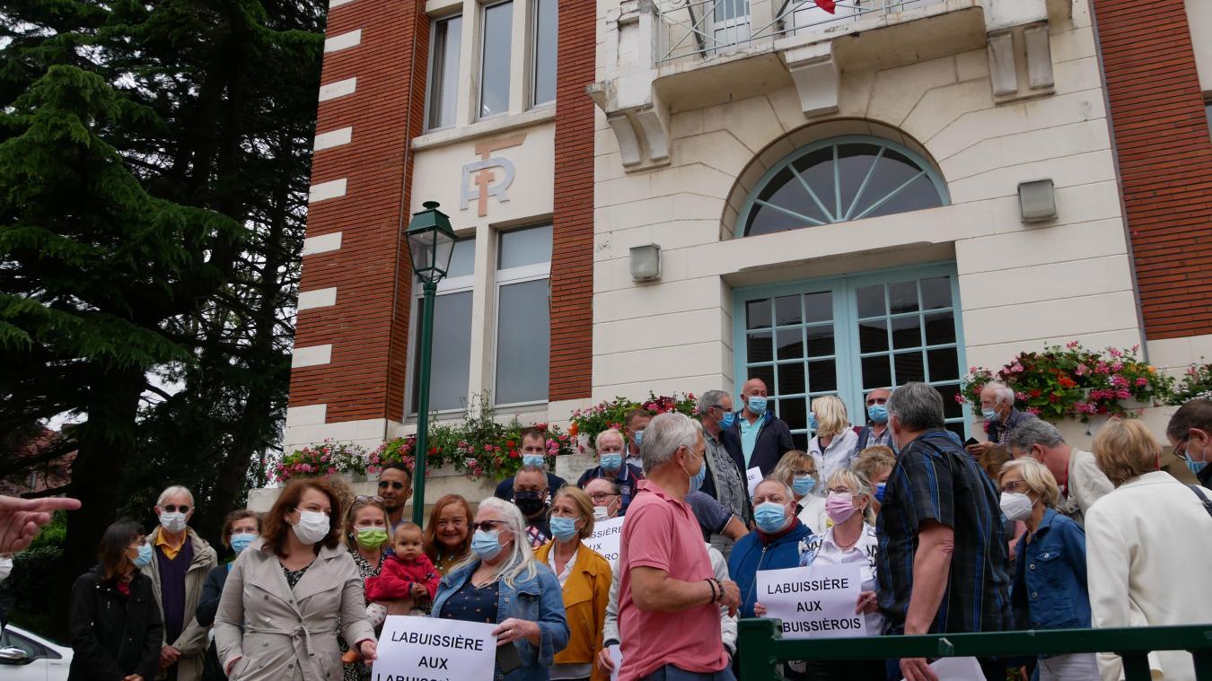 Une quarantaine de personne s'est rassemblée devant la mairie de Labuissière pour l'annonce du comité.