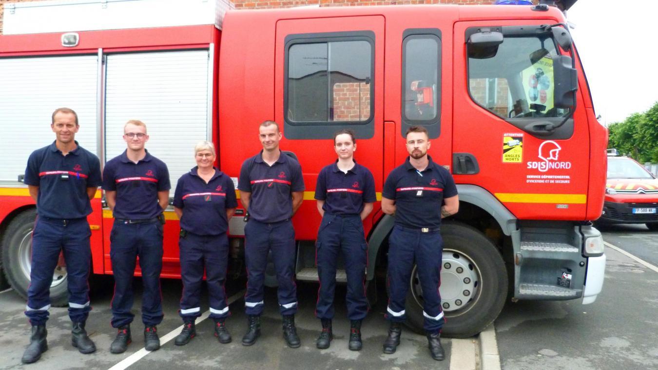 Le chef de centre (à gauche) et l'équipe de pompiers volontaires du jour posent devant le FPT.