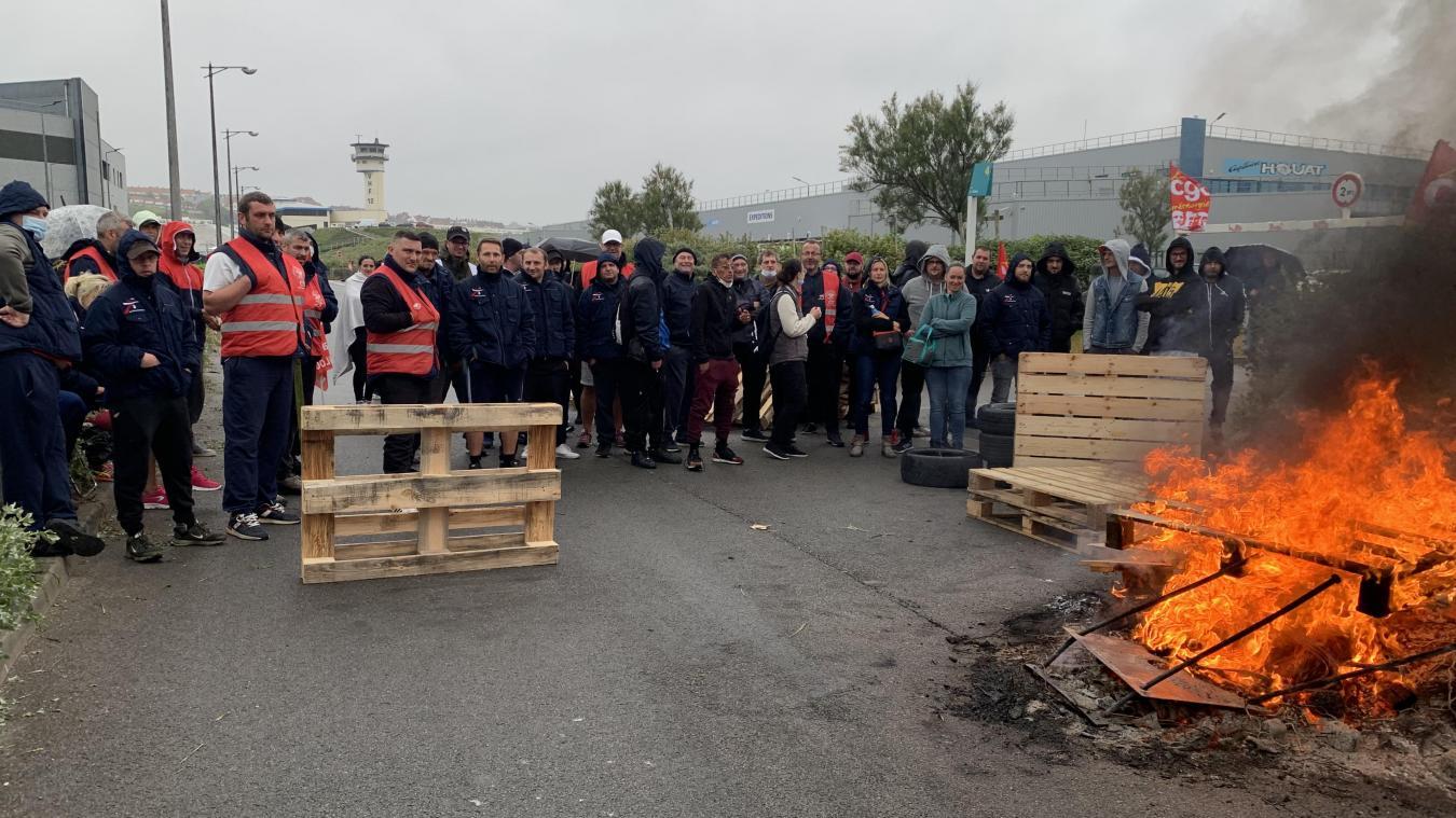 Une centaine de salariés de Capitaine Houat font le piquet de grève devant leur entreprise