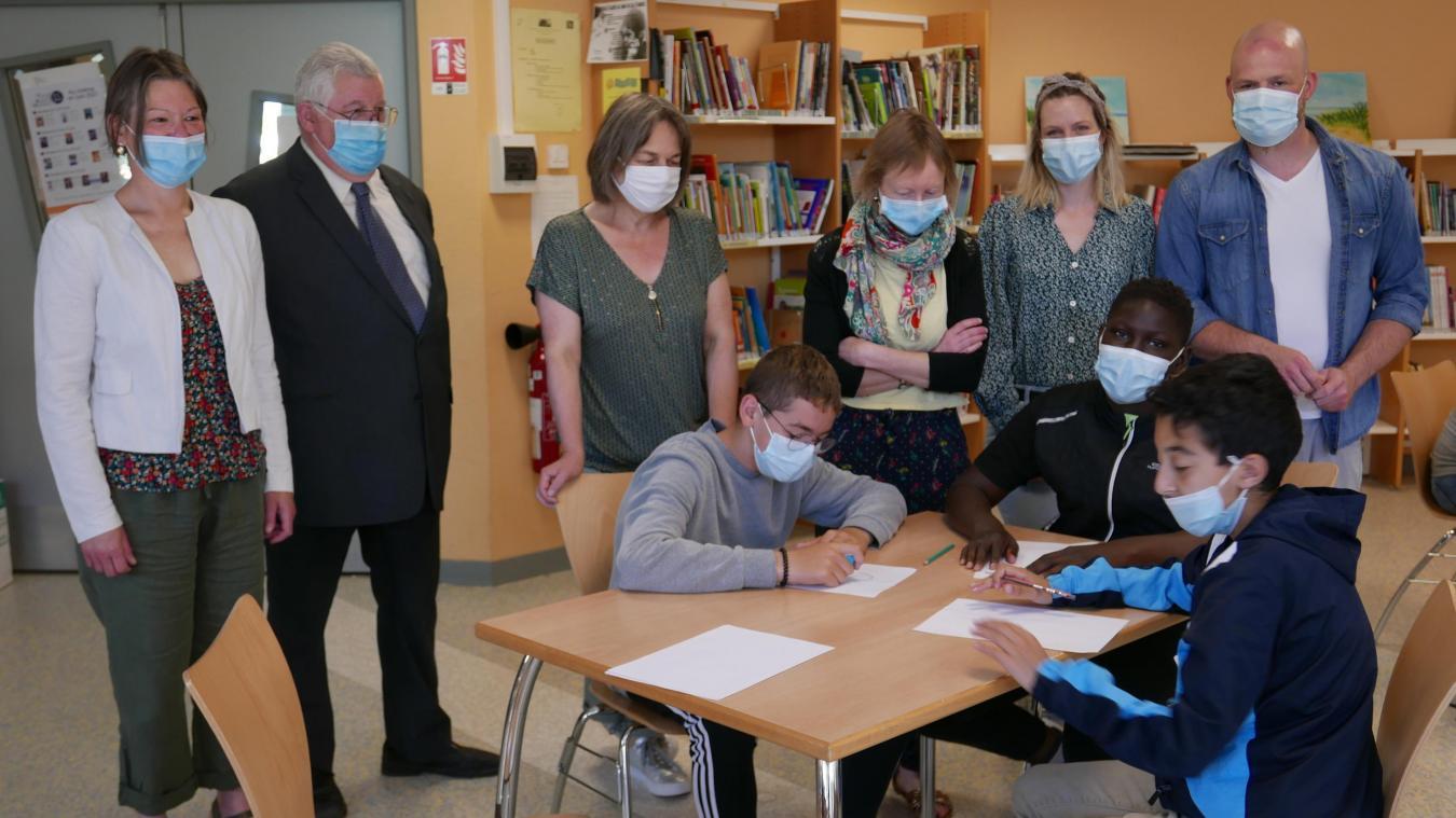 Les responsables des foyers ruraux sont venus au collège lors de l'atelier BD de Yann Filbien, à droite.