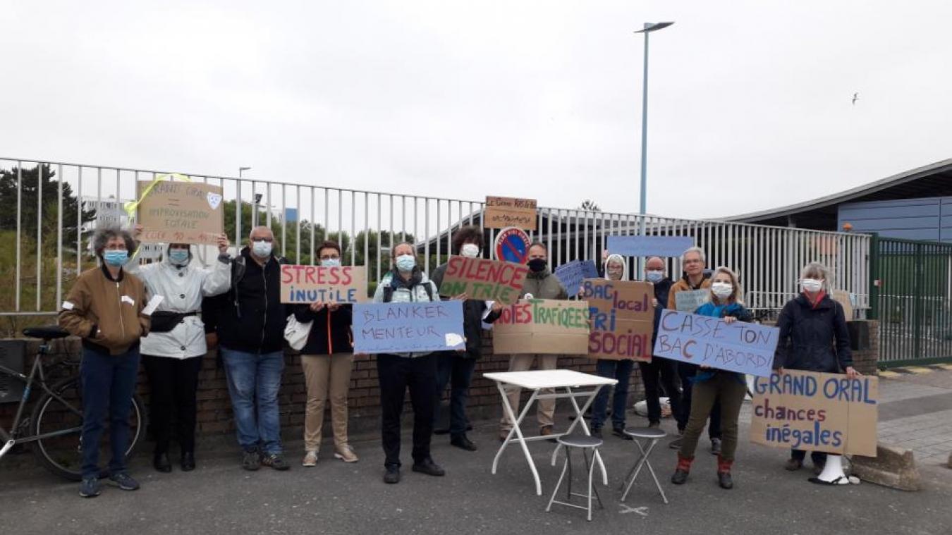 Les professeurs dénonçant l'organisation de ces oraux étaient présents lundi matin avant 8 heures devant le lycée Coubertin.