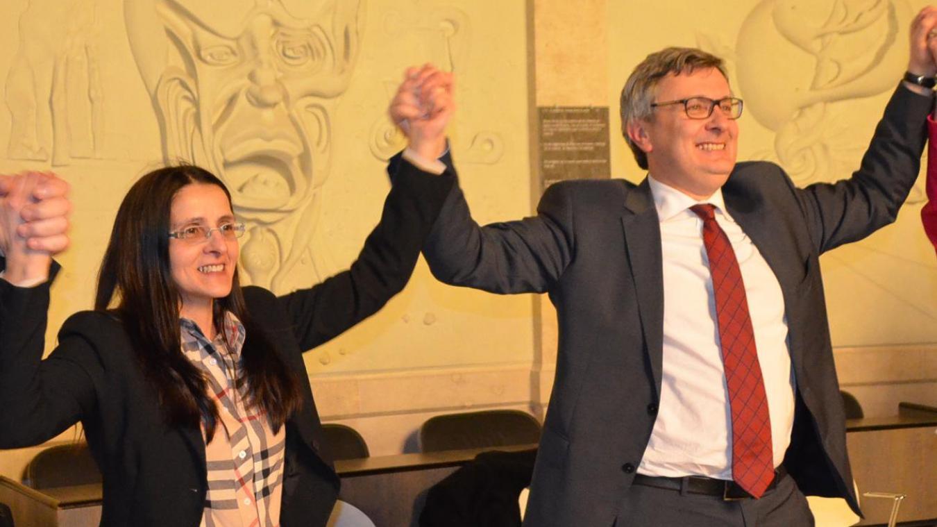 Isabelle Fernandez et Bertrand Ringot (au centre), entourés de leurs remplaçants savourent la victoire.