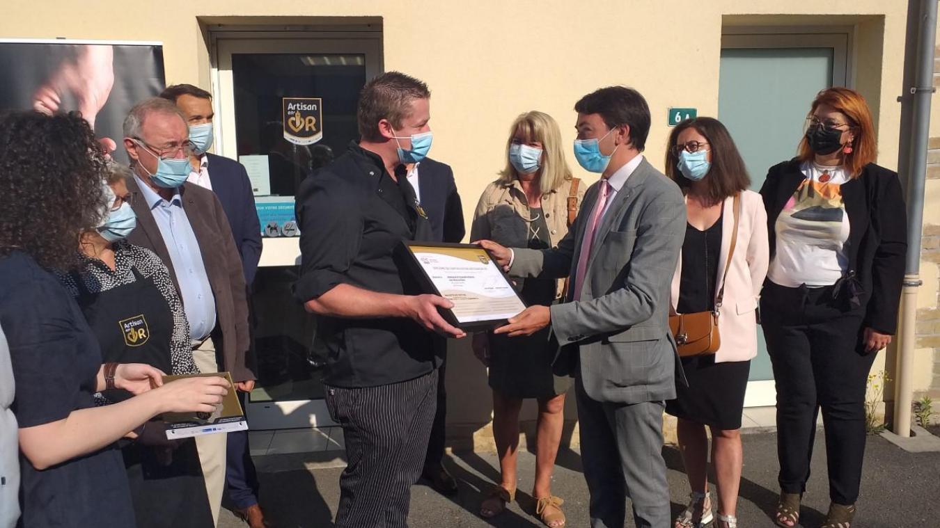 Benoît Roussel, maire d'Arques, a remis la certification Artisan en or à Loïc Pigache.