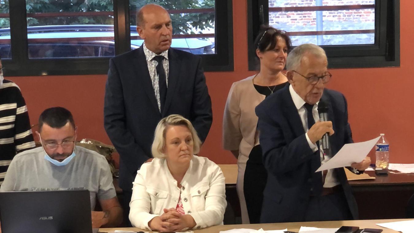 La proclamation des résultats du premier tour des départementales dans le canton d'Aire-sur-la-Lys a été exécuté par Jean-Claude Dissaux, maire d'Aire-sur-la-Lys, candidat, salle Foch à Aire, à plus de 22h.