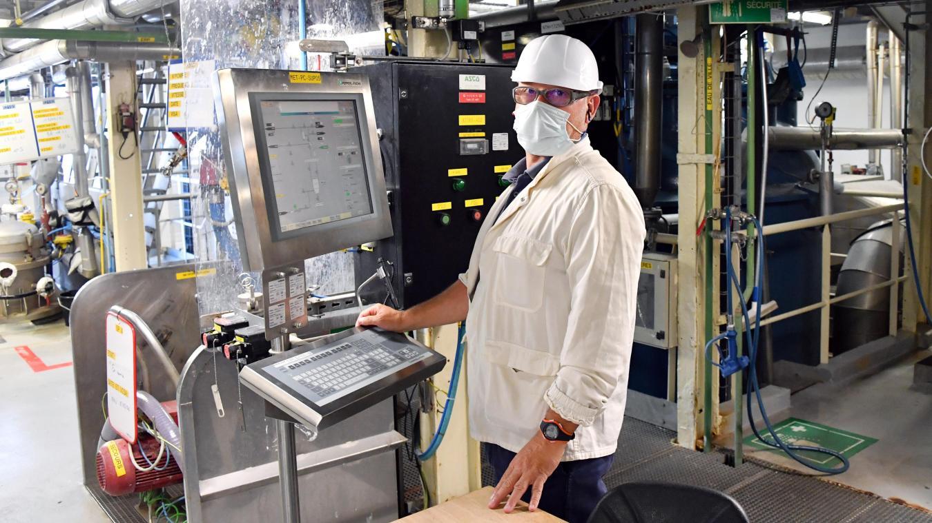 Un opérateur de l'usine Merck de Calais, au milieu des réacteurs.