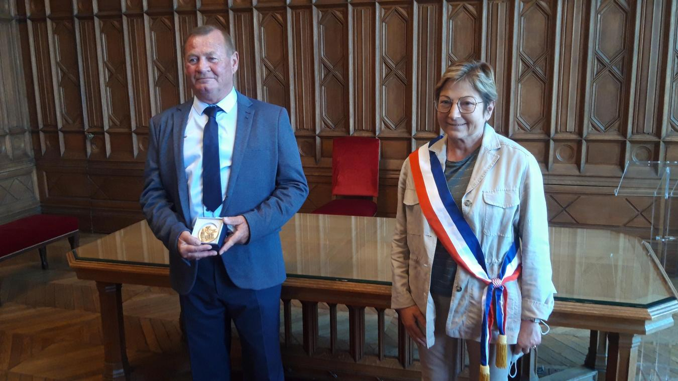 La médaille de la ville de Calais pour Charles Devos de la SNSM