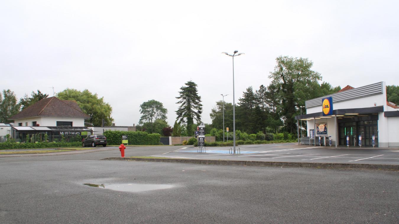 À cet endroit et après avoir récupéré la propriété du parking, Lidl envisage la déconstruction puis la reconstruction de son supermarché.