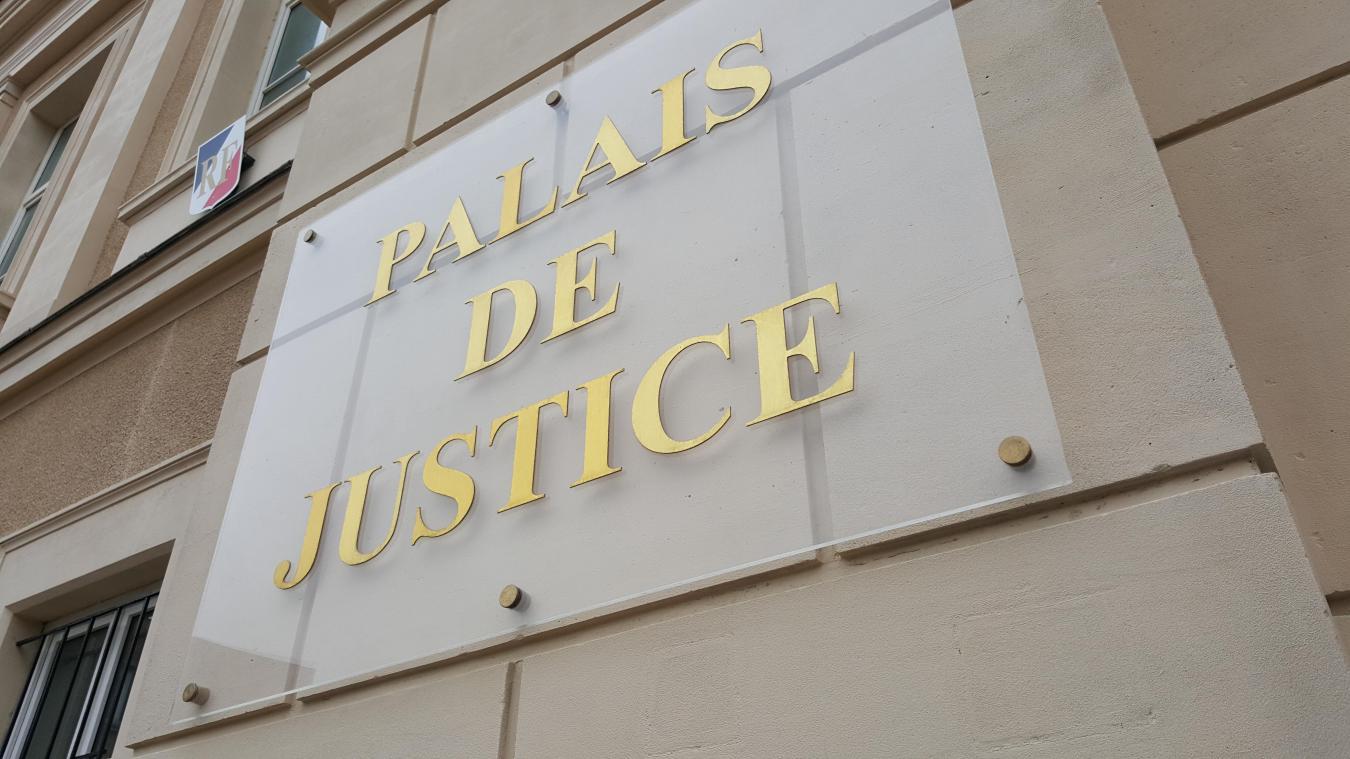 Au tribunal, l'homme a expliqué sa frustration par le fait que son fils se prenne pour le chef de famille.