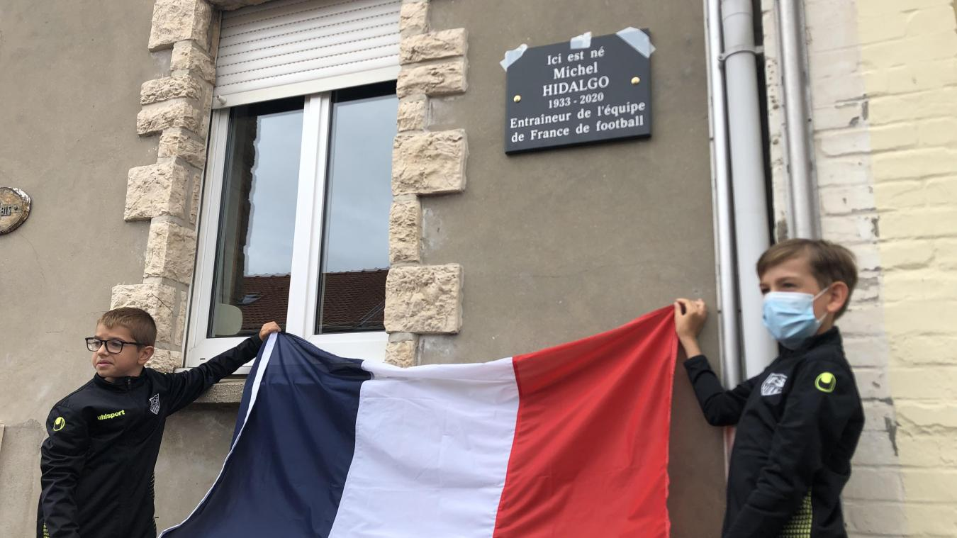 Samedi, en présence de jeunes du club de foot de la ville, une plaque commémorative a été déposée sur la façade de la maison où est né Michel Hidalgo, allée des Acacias à Leffrinckoucke.