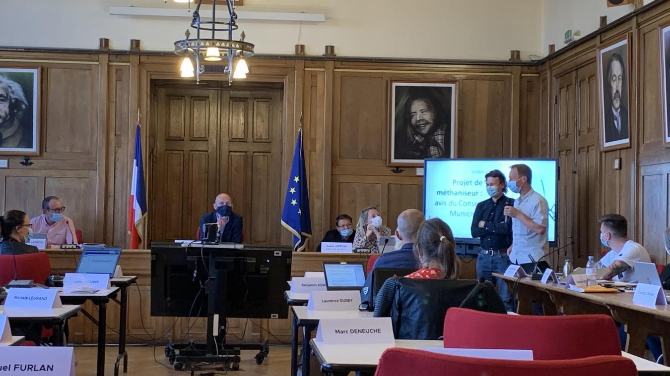 Jean-Baptiste Duyck et Thierry Beck, deux des cinq agriculteurs associés de Belle Énergie, ont présenté leur projet au conseil municipal de Bailleul, jeudi 24 juin.