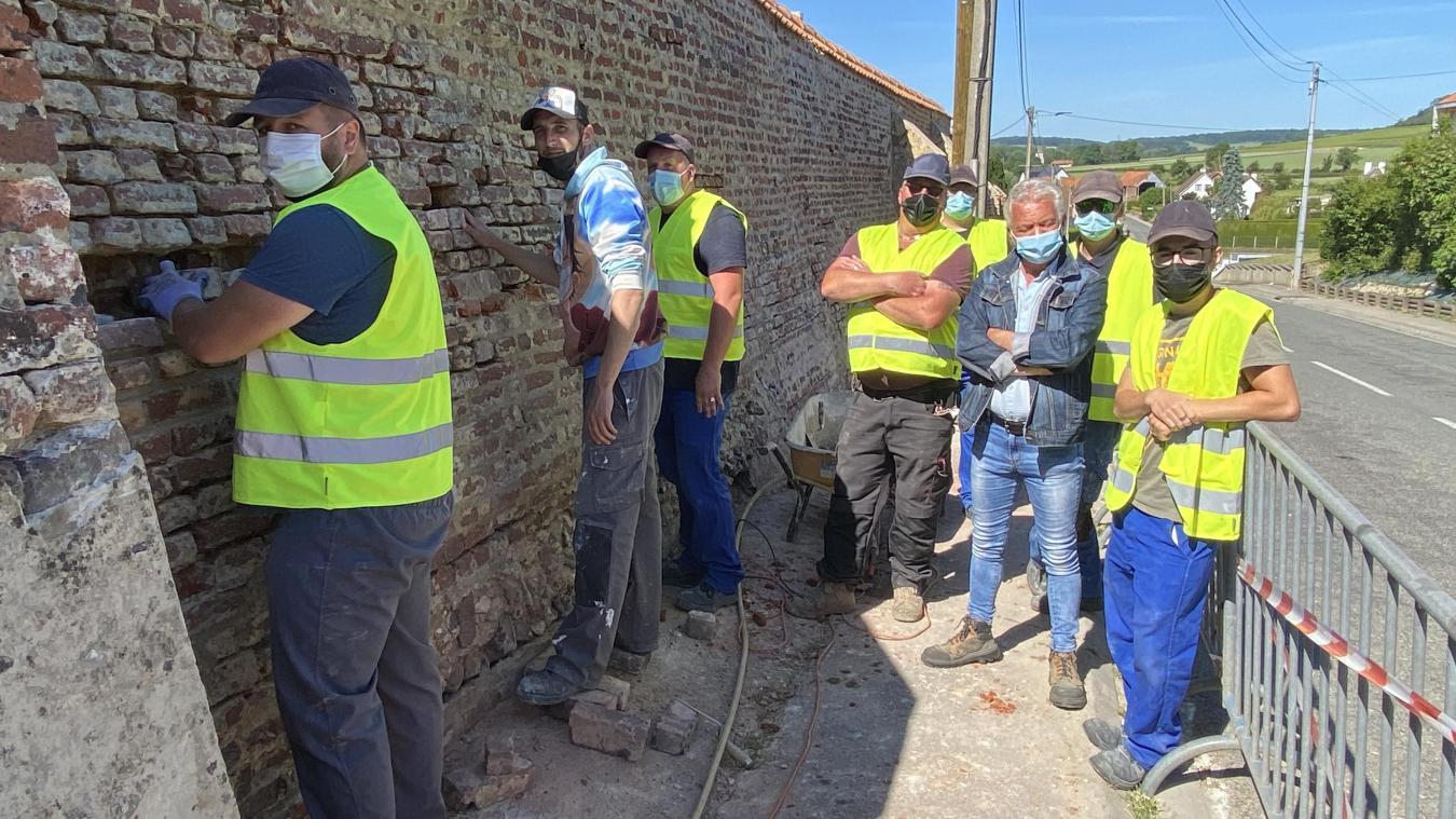 L'équipe s'affaire à refaire le mur.