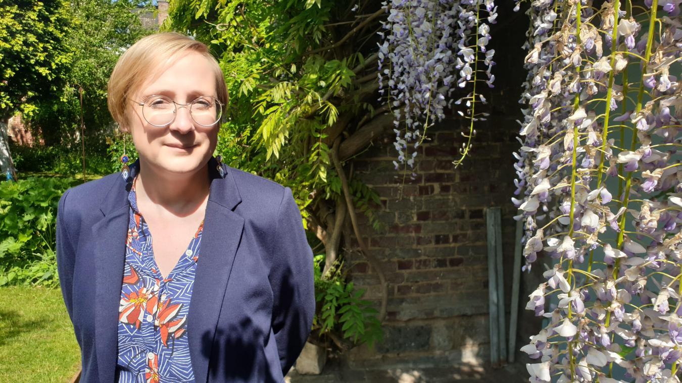 Émilie Bigorgne nous accueille dans son jardin du quartier Méaulens d'Arras où fleurit notamment une glycine centenaire.