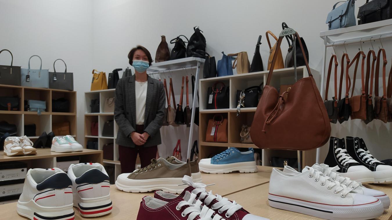 Fleurine propose toute une gamme de chaussures à petits prix, mais aussi sacs et portefeuilles.