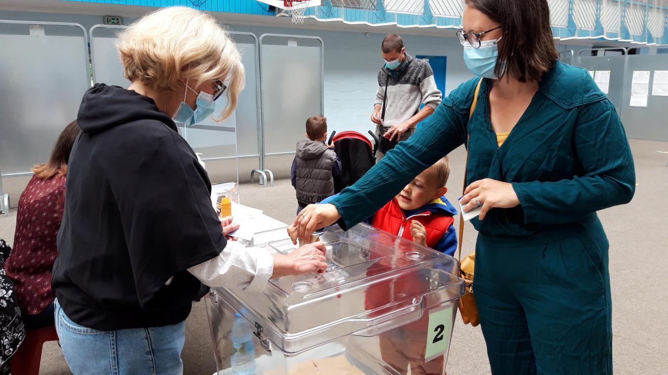La démocratie est une valeur éduquer très tôt à Hondschoote. Ici, une maman et son fils qui mettent le bulletin de vote dans l'urne.