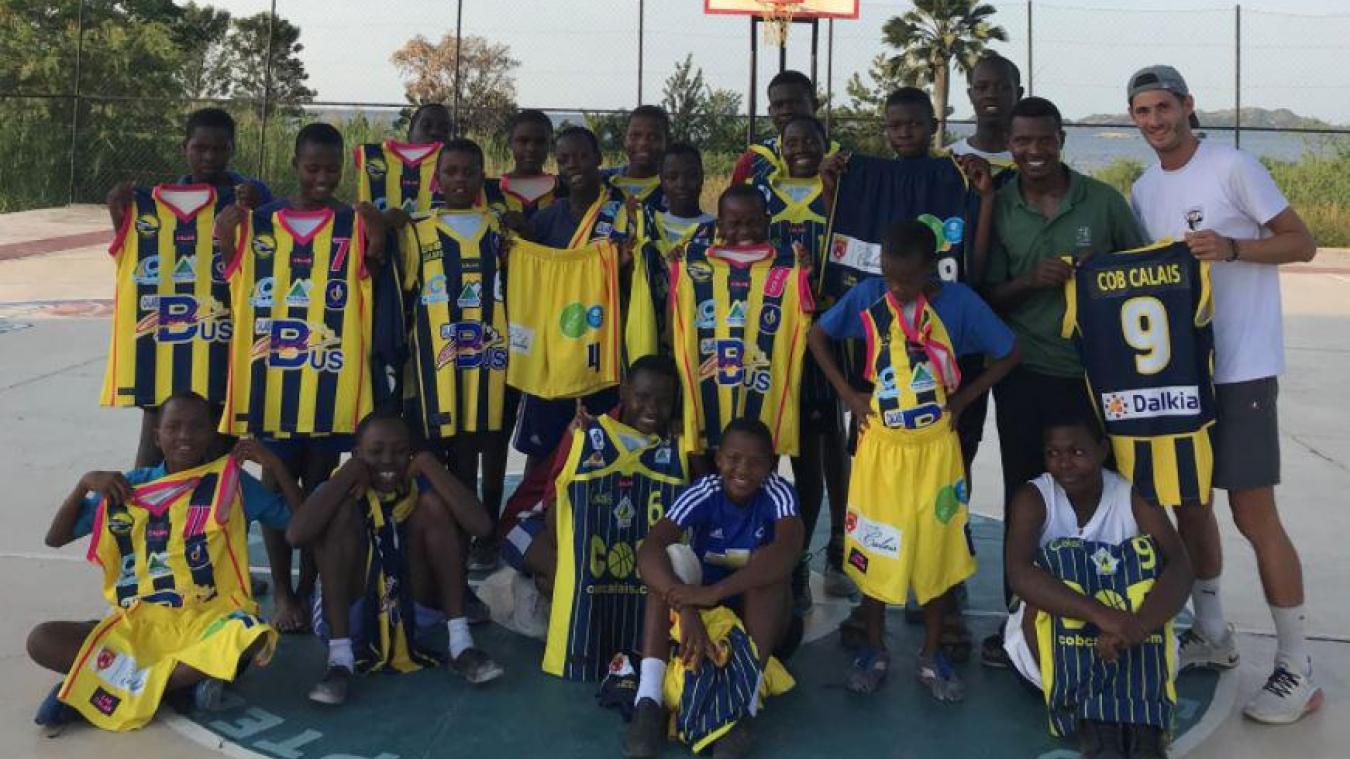 Tom Thuillier (à droite) a pu d'ores et déjà ramener des jeux de maillots du COB en Tanzanie.