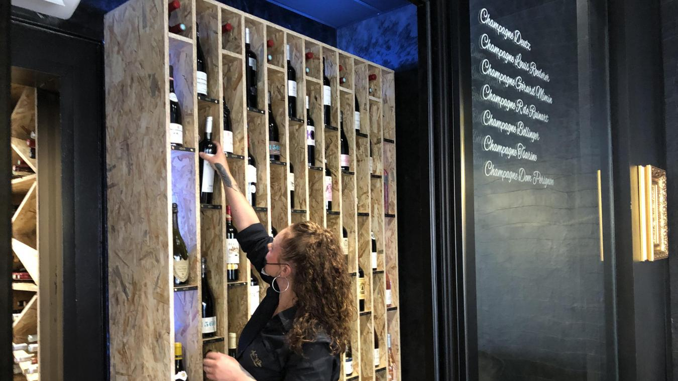 Les commerçants proposent des vins et champagnes en verre à petits prix mais également des bouteilles et des grands crus.