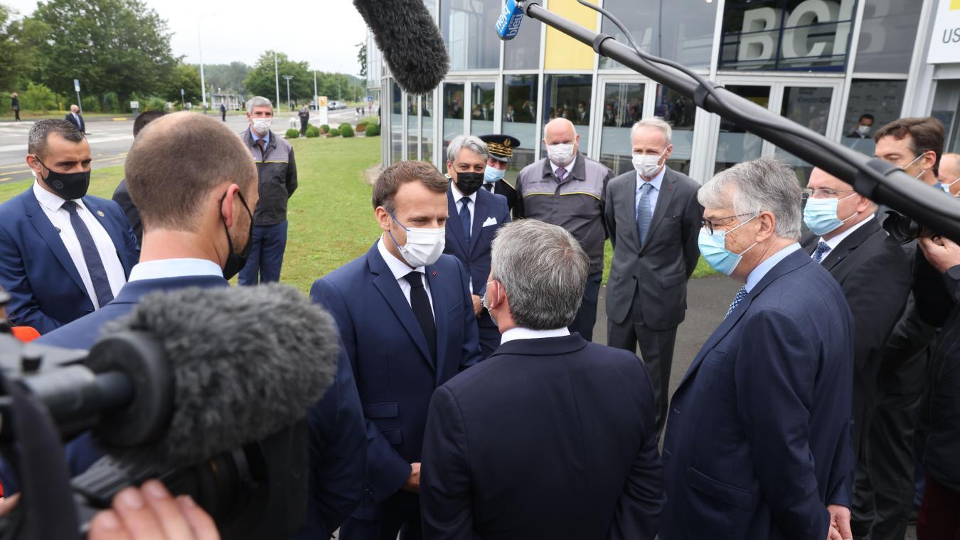 Le président de la République Emmanuel Macron ce lundi matin à Douai, avec le président de Région Xavier Bertrand et le président sortant du Conseil départemental du Nord Jean-René Lecerf, pour le lancement d'une nouvelle usine de batteries (photo VDN).