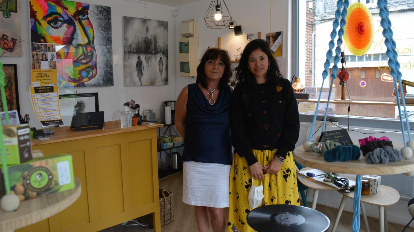 Sarah Dupont (à droite) expose le travail de l'artiste-peintre Sandrine Brugeras à la boutique partagée.