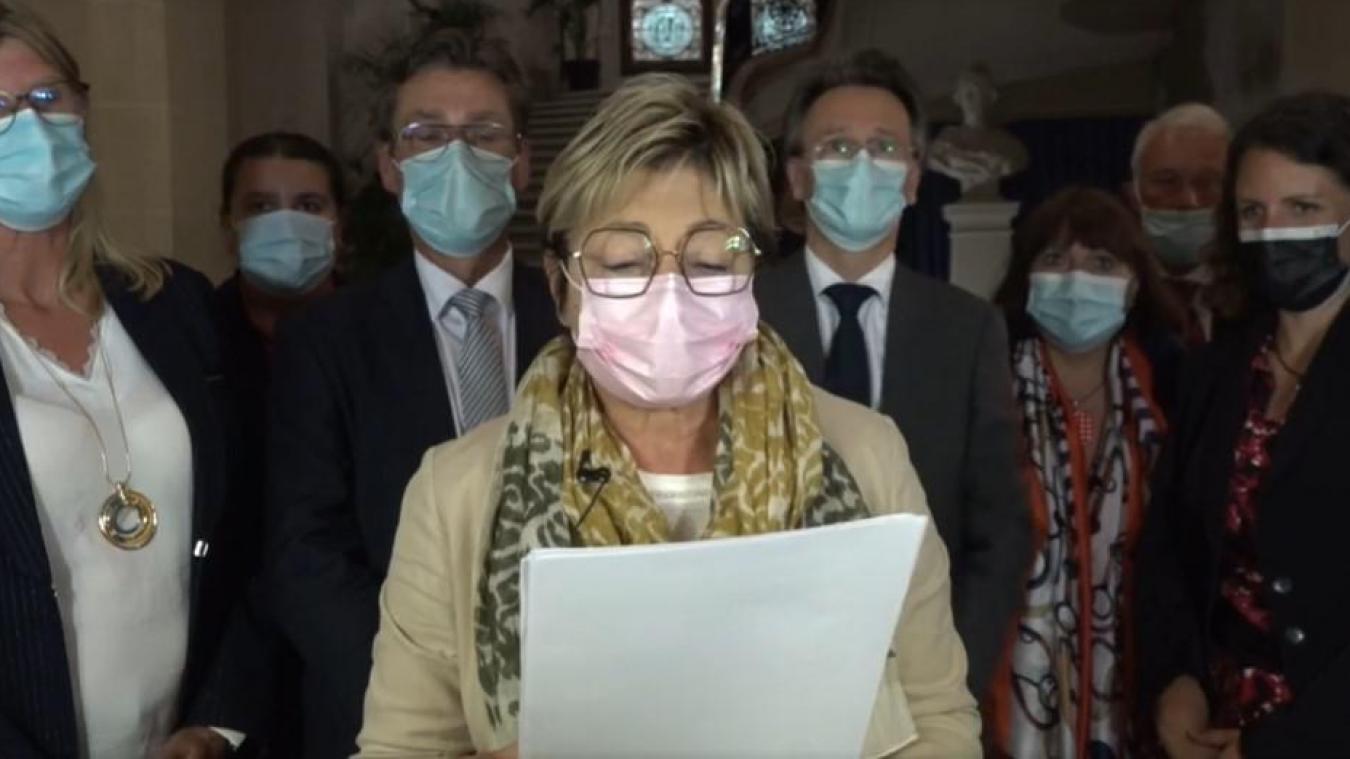 Natacha Bouchart, maire de Calais, a annoncé les résultats dimanche soir dans le hall de l'hôtel de ville.