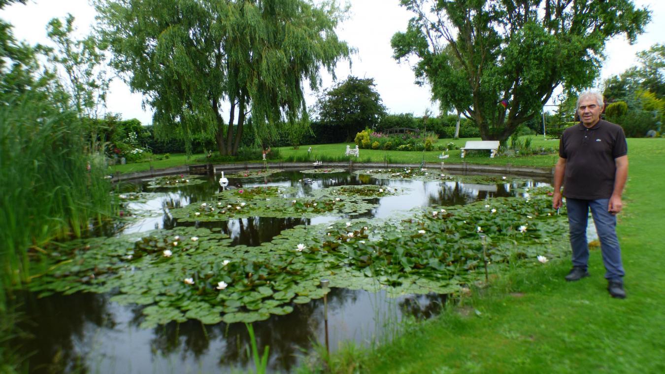 En haut : La mare qui accueille une multitude de nénuphars est l'un des éléments centraux du jardin.  Ci-contre : Le petit coin romantique anglais de Jean-Louis.