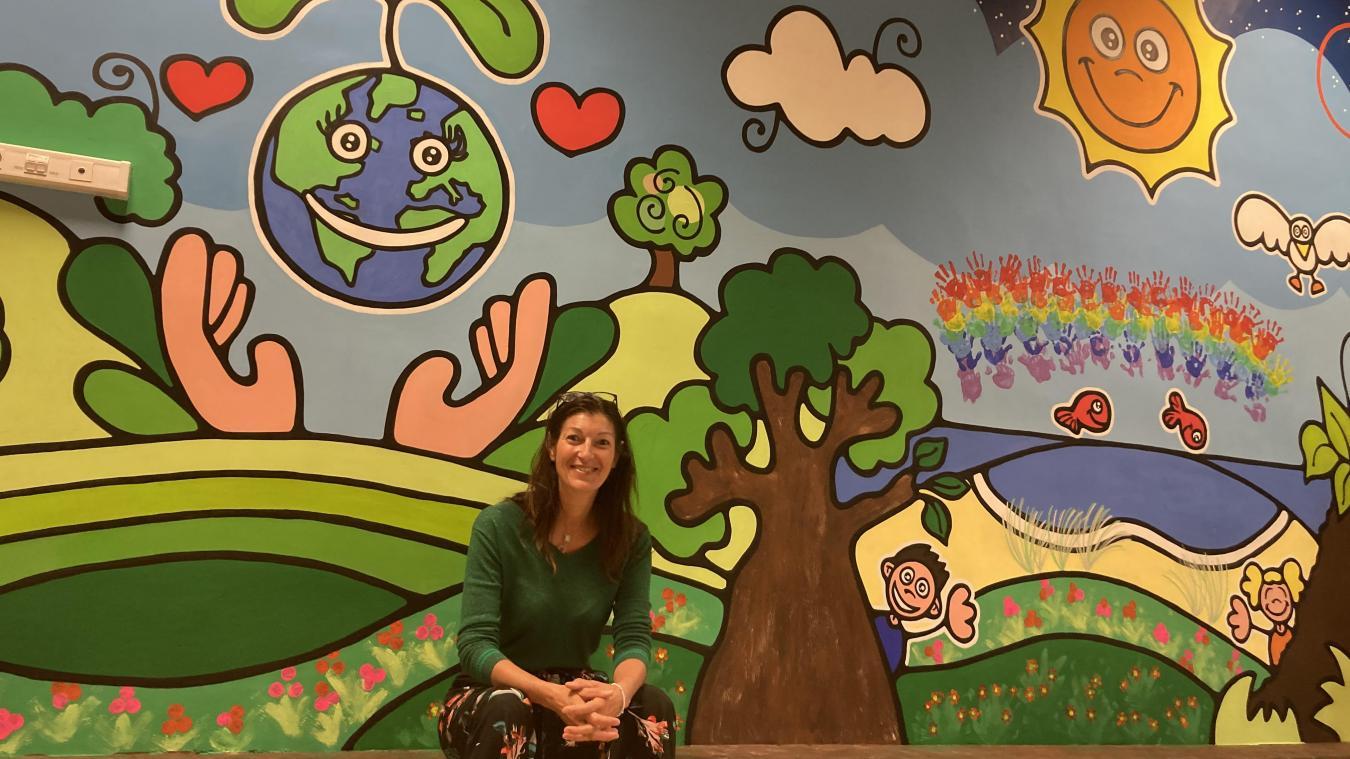 Coco D devant la fresque murale d'une surface de 32 m2, un projet réalisé en compagnie des élèves de l'école maternelle «Les Mouettes».