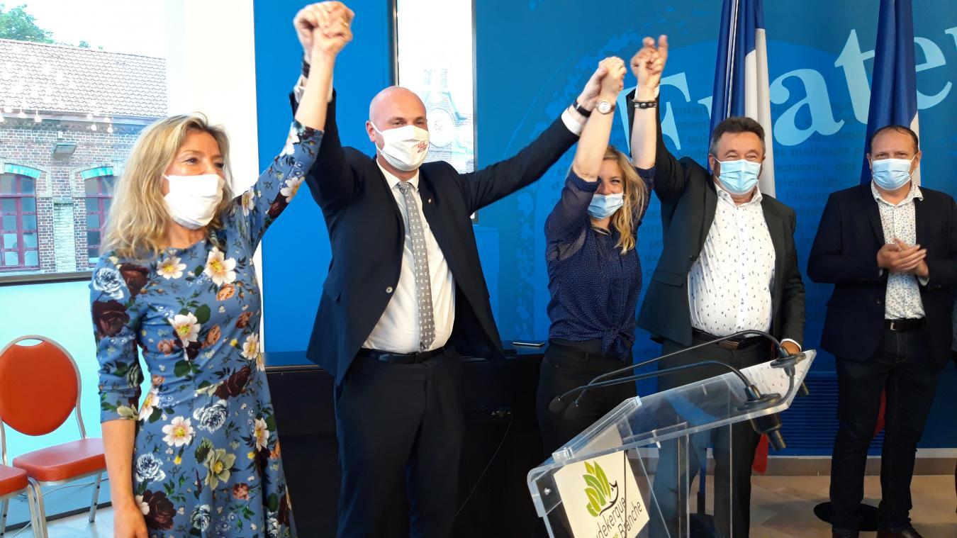 L'annonce des résultats définitifs a été faite à la mairie de Coudekerque-Branche, où le quatuor vainqueur (Barbara Bailleul et Julien Gokel à gauche) a pu savourer.