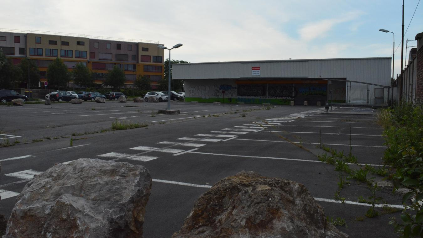 L'ex Carrefour-Dia est situé rue Barbusse au quartier des Cheminots à Béthune.