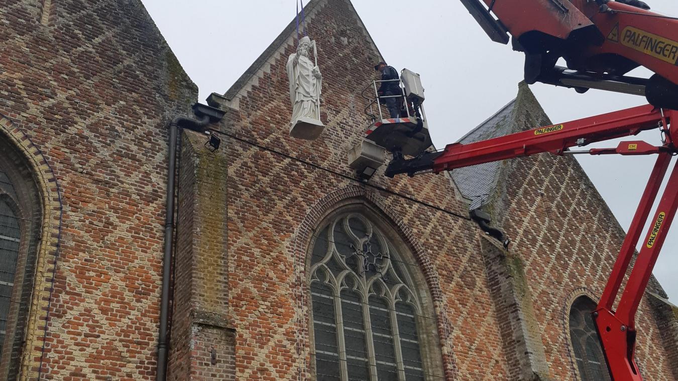 La statue a été remontée au sommet de l'église le vendredi 25 juin. Elle veille à nouveau sur le village.
