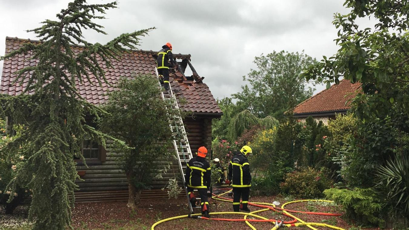 Hames-Boucres: la toiture d'une maison en feu (vidéo)
