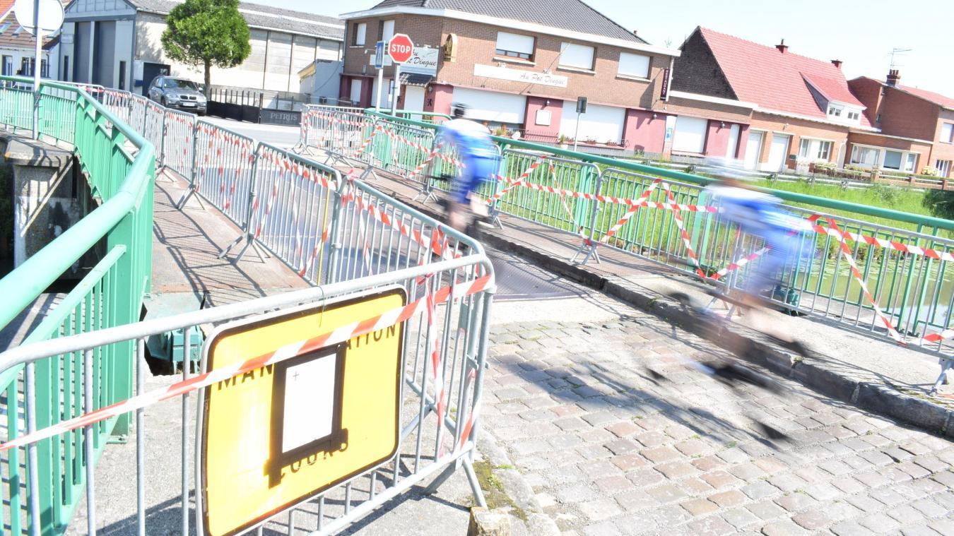 Un arrêté interdit l'utilisation des deux trottoirs, trop fragilisés. Bientôt, tout le pont sera barré, sauf pour les piétons et cyclistes qui devront emprunter l'axe central