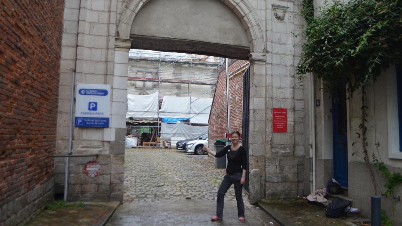 Claire Kapoun devant le refuge Saint-Éloi, actuellement en travaux.