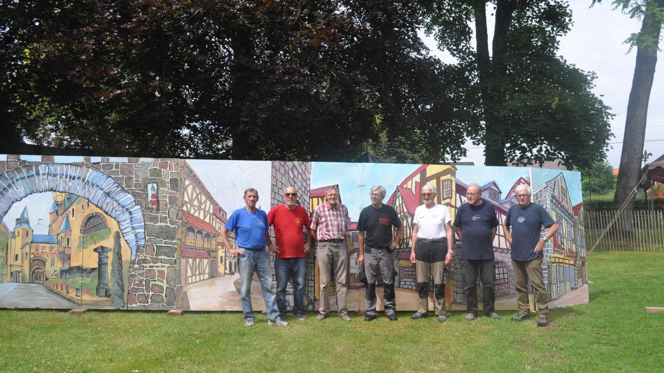 Une partie des membres de l'association du Camp du Drap d'Or devant les nouveaux panneaux trompe-l'oeil.