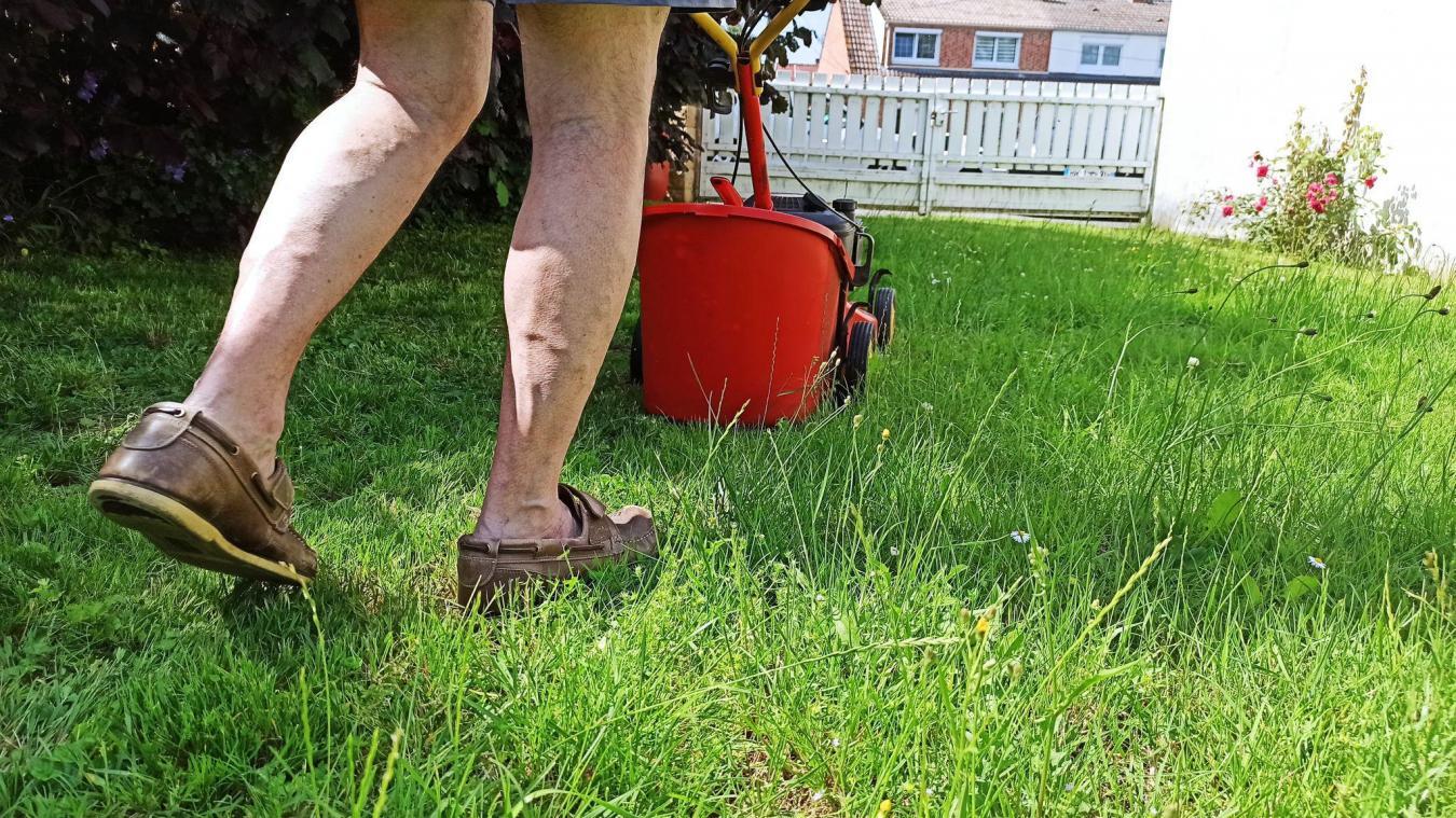L'homme s'occupait notamment de tondre la pelouse.