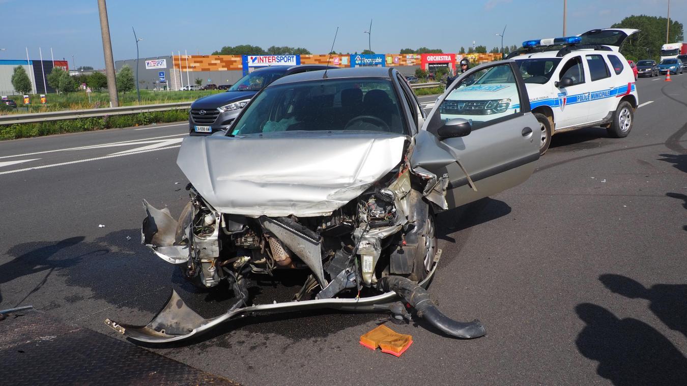 Calais : une voiture percute le terre-plein central sur l'A16