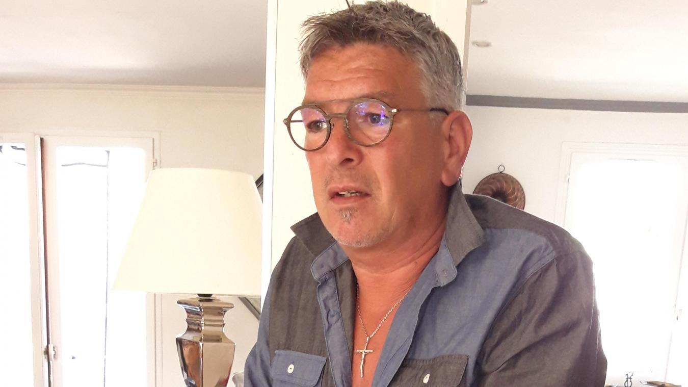 Bernard Dessoly ne se déplace plus sans ses deux cannes et ses deux attelles aux poignets.