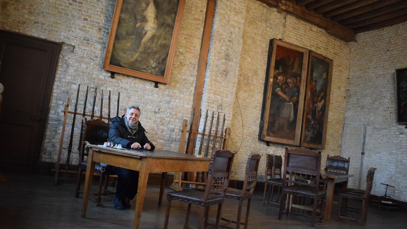 Claude Coudereau, conseiller délégué au patrimoine, ici assis à un bureau de l'époque d'Alphonse de Lamartine, dans le musée de l'hôtel de ville d'Hondschoote.