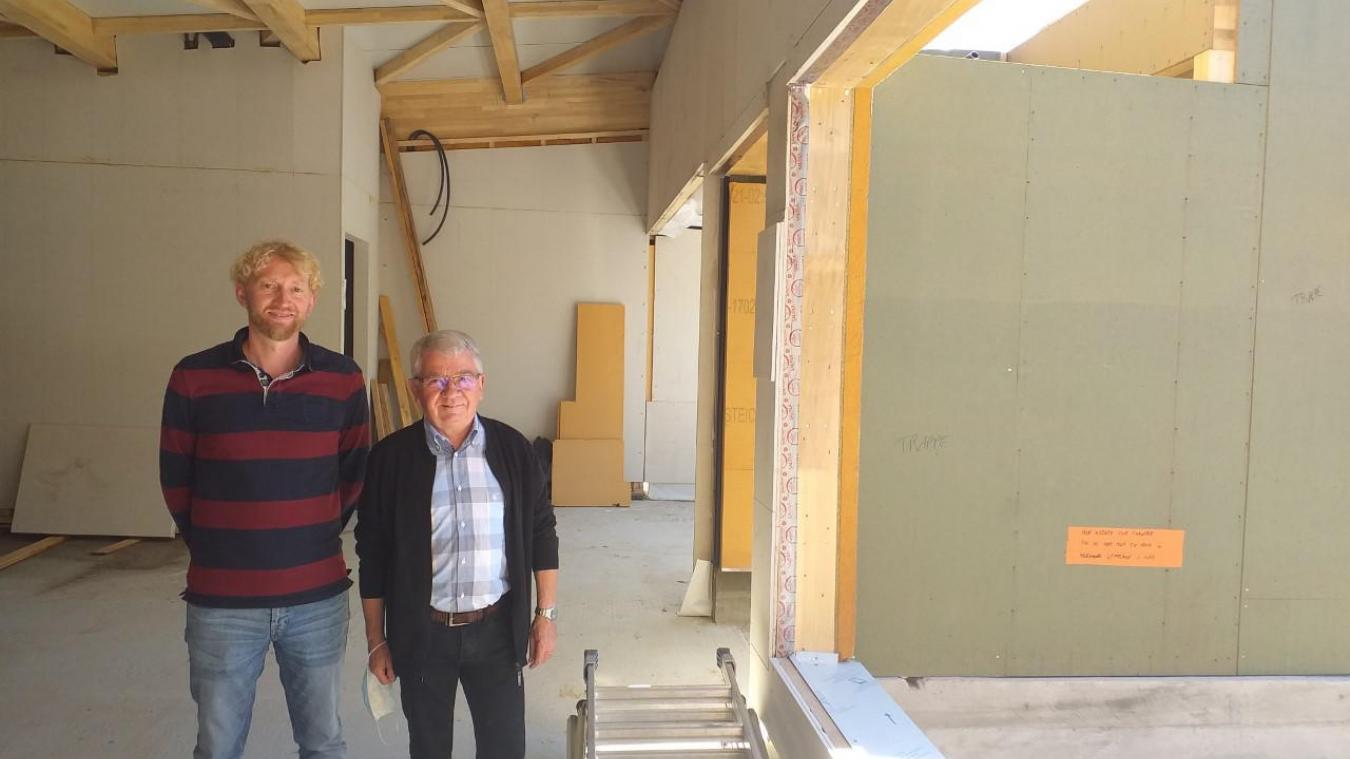Stéphane Degrémont et Jean-Paul Lefait dans la médiathèque et devant le futur arrêt de bus.