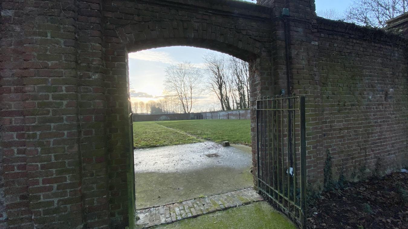 Dix personnes vont s'occuper de rejointer le mur autour du futur potager du château.