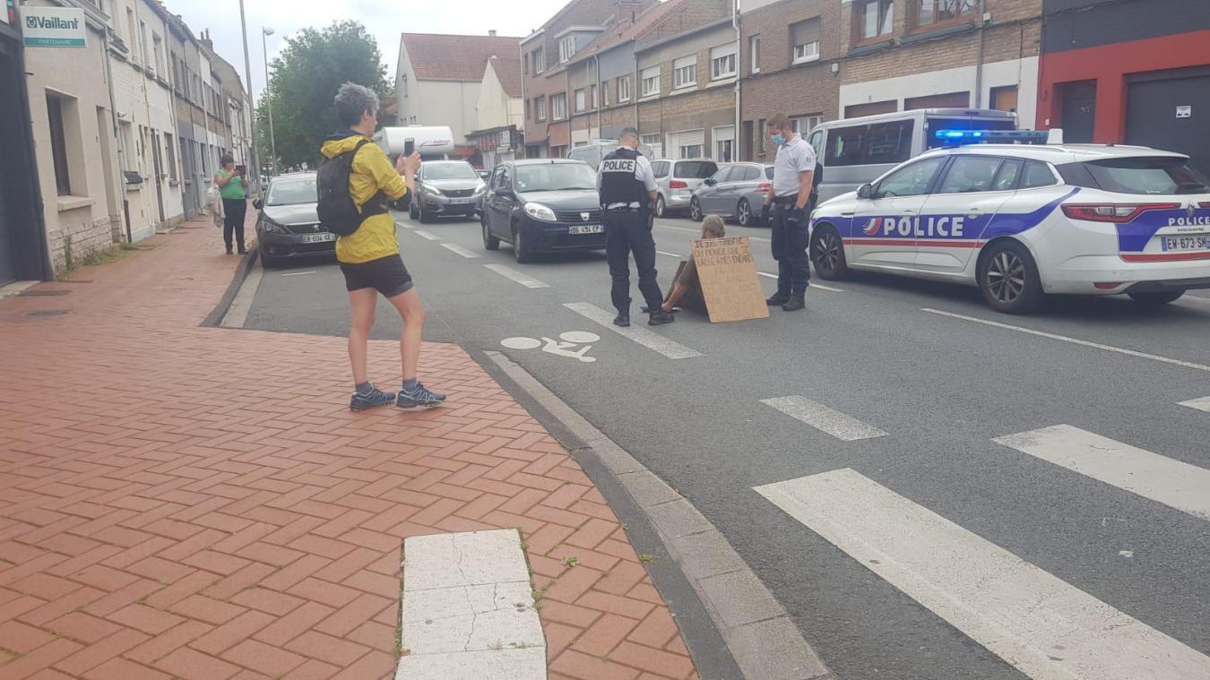 La police est arrivée sur les lieux rapidement et a entamé des discussions avec le militant d'Extinction rébellion pour qu'il quitte la chaussée.