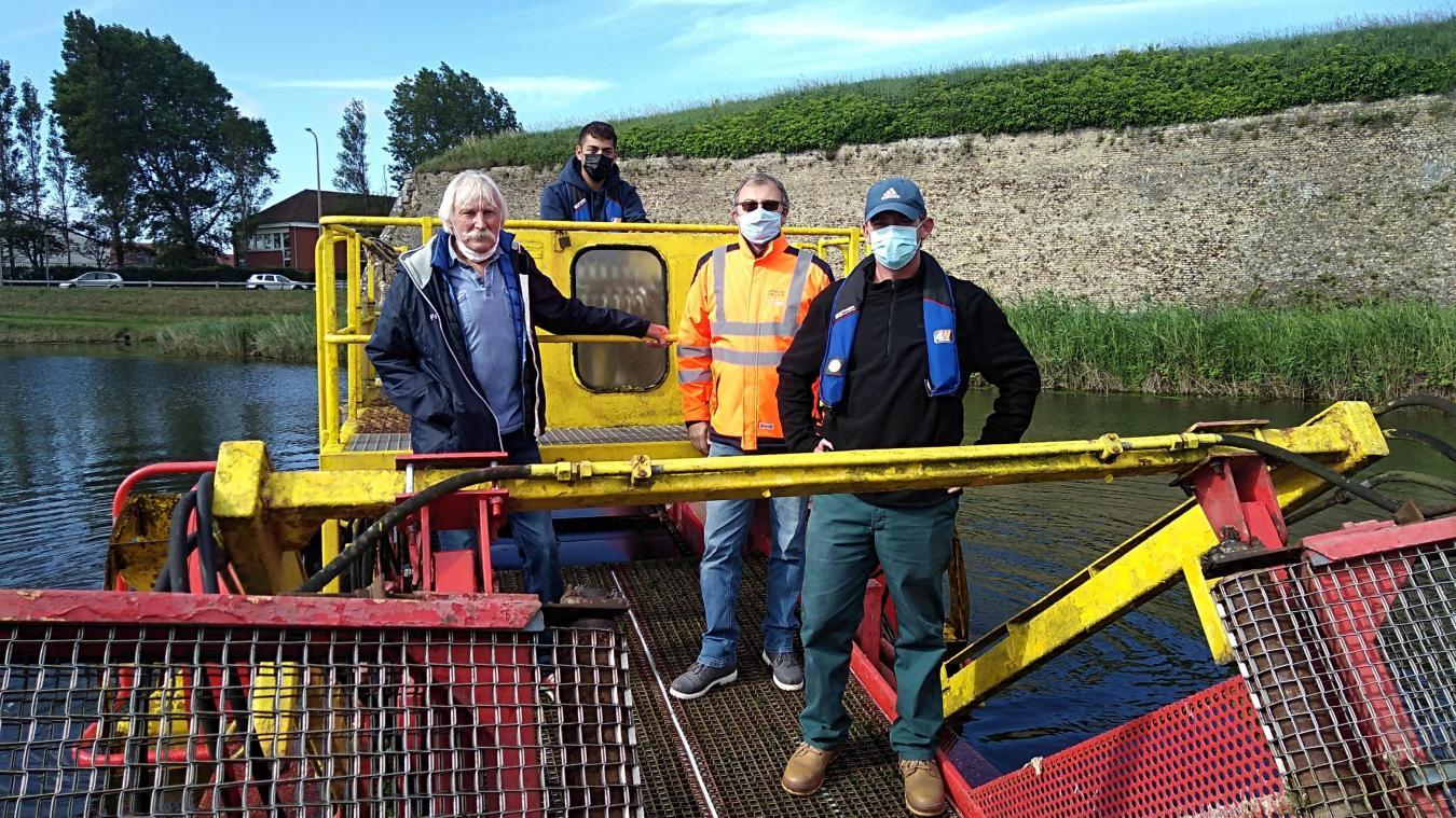 Gilles Lannoy à gauche. En gilet orange, Jean-Paul Imbert aux côtés d'Arnaud Chambrelan et au fond, le second salarié de l'association des pêcheurs du Calaisis.
