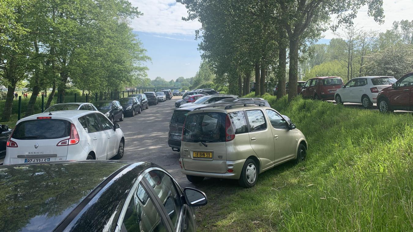 Les jours de grande affluence (comme ici, un samedi), les véhicules s'accumulent autour du complexe sportif des Maraîchers et le parking est vite rempli. Et la dernière solution est de se garer en bord de chaussée (à droite de la photo).