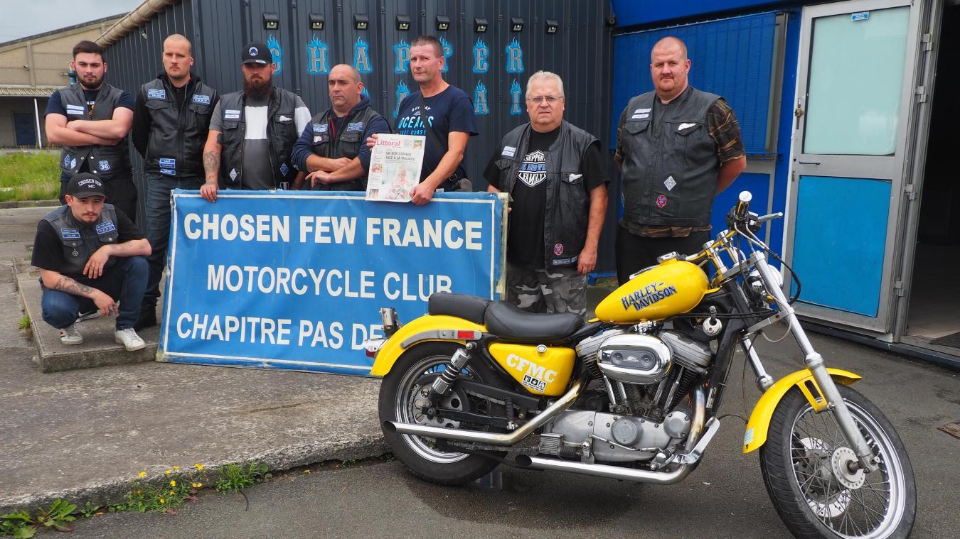 Les motards du club calaisien ont rapidement apporté leur soutien à Jérôme (au centre avec le journal), le papa d'Elsa, pour l'aider dans cette épreuve.