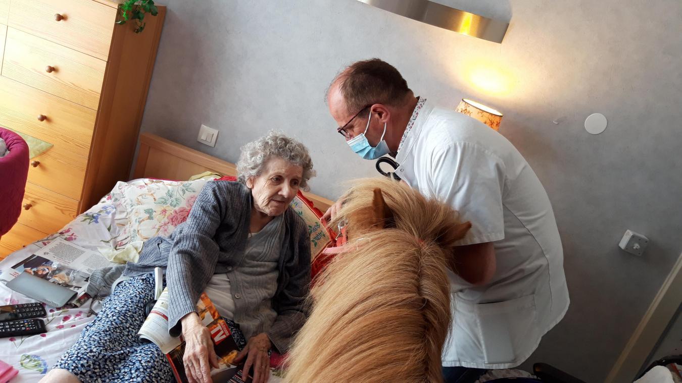 Les poneys ont rendu visite aux résidents de la maison de famille Saint-Augustin. Ils sont même montés dans les chambres des pensionnaires pour recevoir une caresse et parfois se faire brosser.