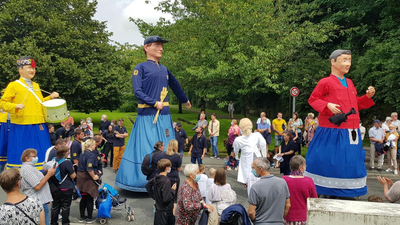 De nombreux géants étaient présents dans le cortège. Ils venaient de différentes villes de la région et ont accompagné les fanfares lors de l'événement.