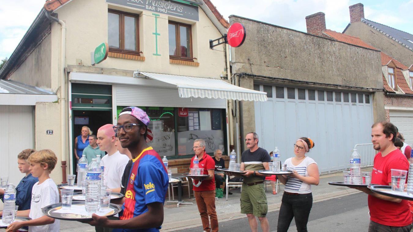 La course de garçons de café a fait son grand retour à Bollezeele.