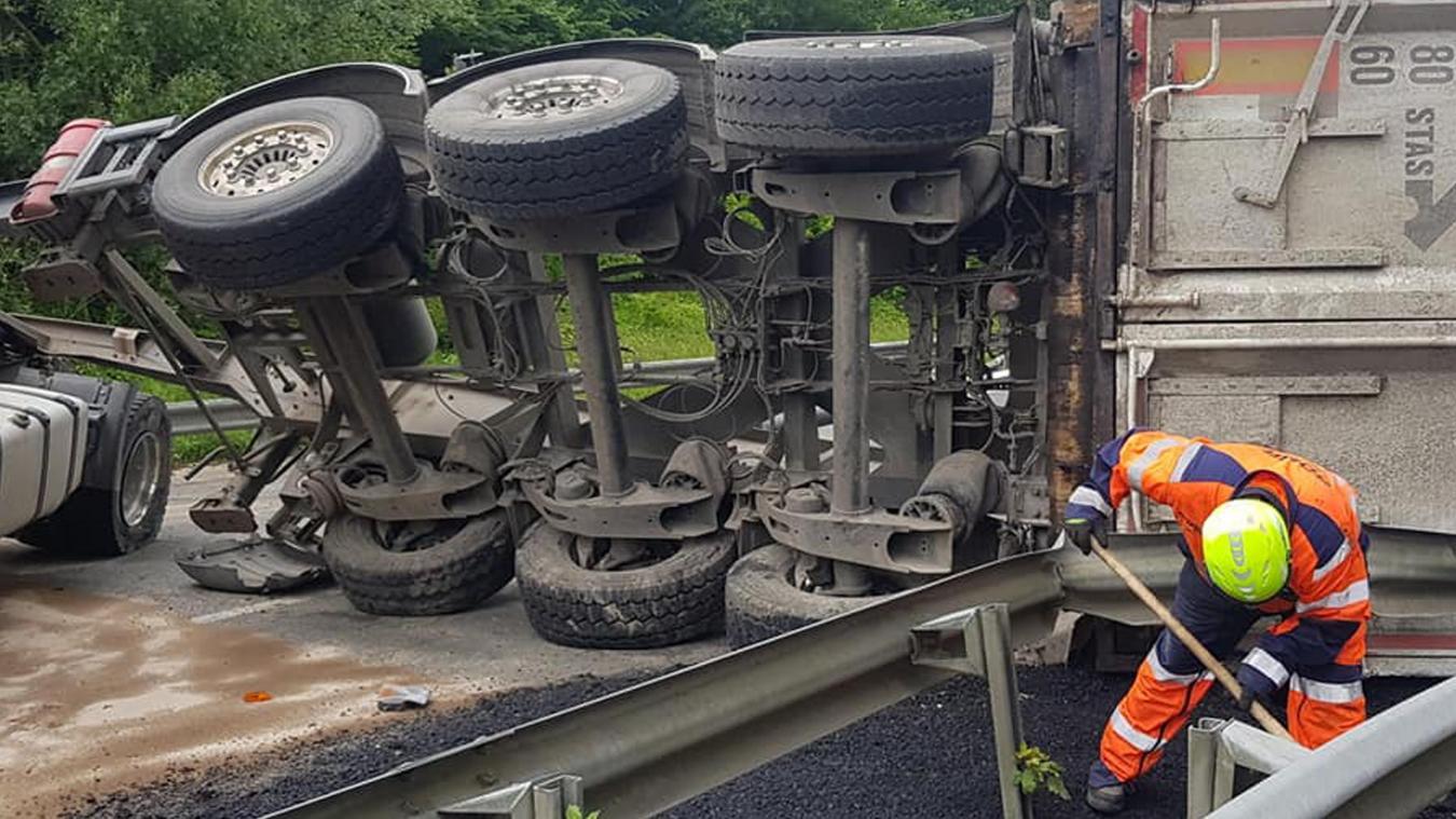 Colembert : un poids lourd couché sur la RN42, la circulation arrêtée